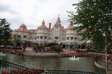 Disneyland_Hotel,_Paris,_France,_2011